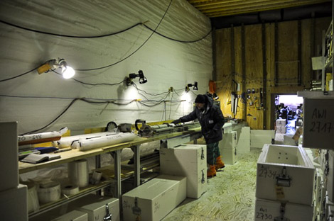 Erich bei der DEP-Messung. In den weißen Kisten werden die Eiskerne gelagert.