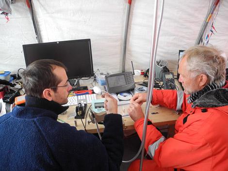 Christian und Erich bei der SnowMicroPen-Stecker-Reparatur