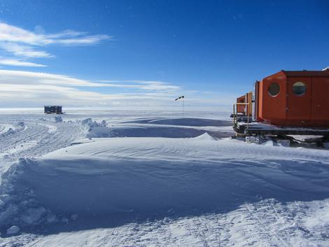 Meterhoch türmte sich der Schnee während dem Drift zwischen den Biwakschachteln