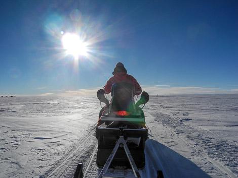Schlittenfahrt mit Martin als Skidoofahrer - immer der Sonne entgegen