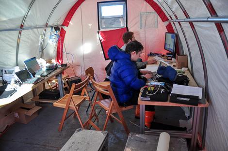 Thomas und Tobias im Rechner-Zelt beim Datenauswerten
